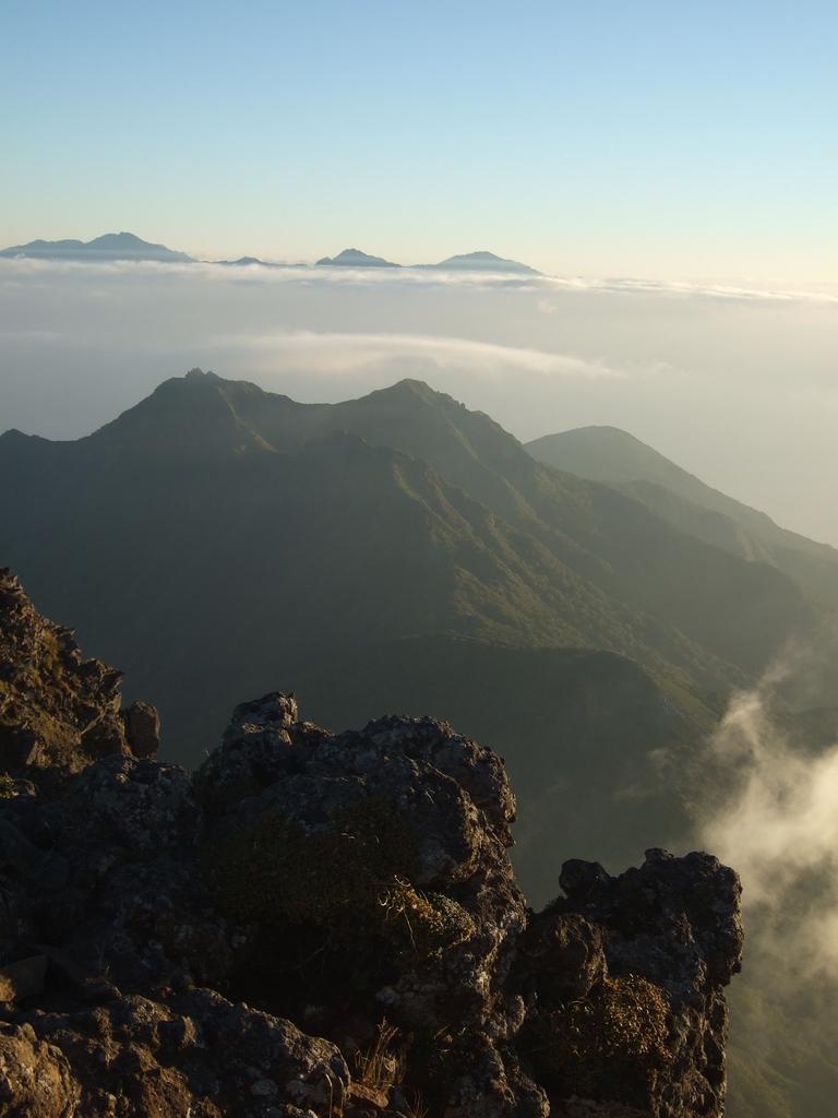 赤岳山頂付近から南アルプスを望む