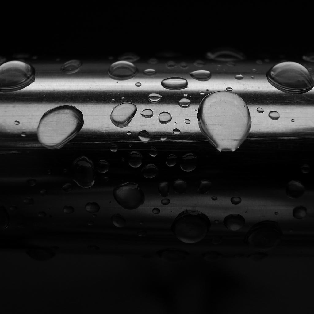 雨粒と物干し竿