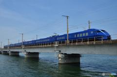 駅館川(やっかんがわ)を渡る青いソニック