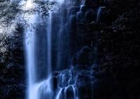 滝に陽が射して。。