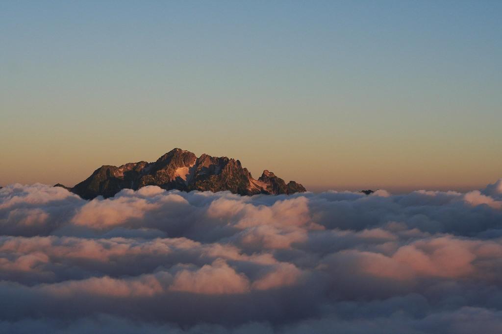 雲に浮かぶ島