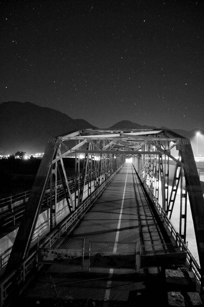 封鎖された橋と落ち行く星々