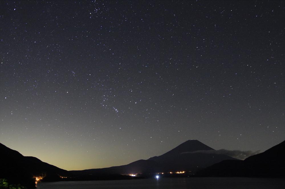 本栖湖、富士山、昇るオリオン