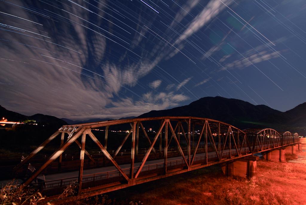 解体を待つ橋と落ち行く星々