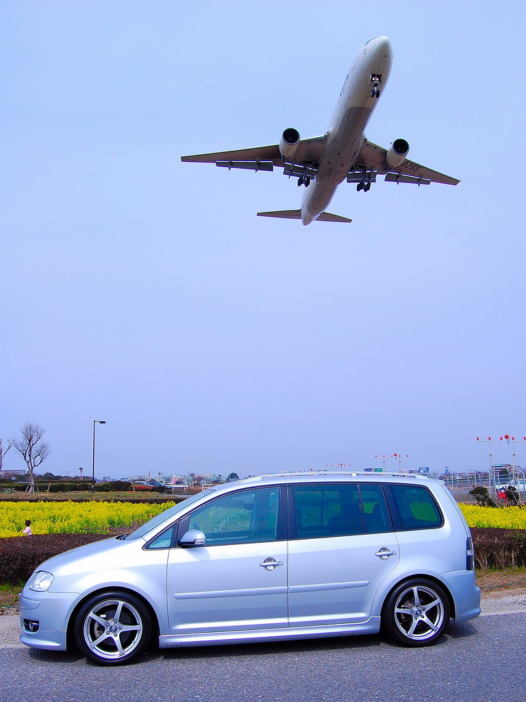 Touranと飛行機とお花畑と