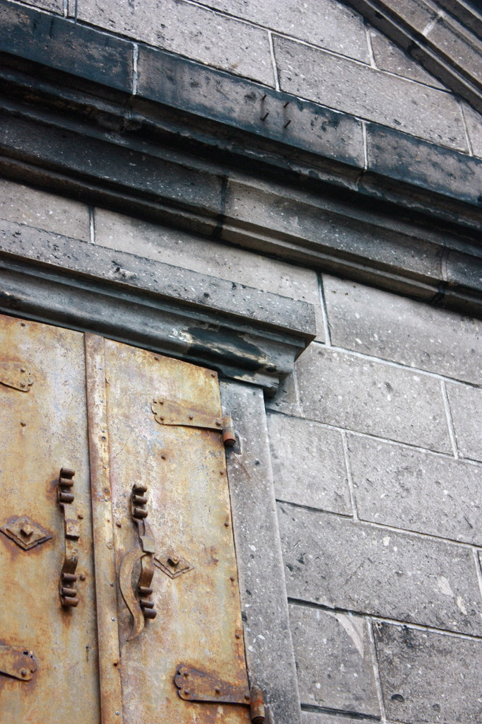 錆び鉄扉の窓