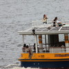 水上バスの人々