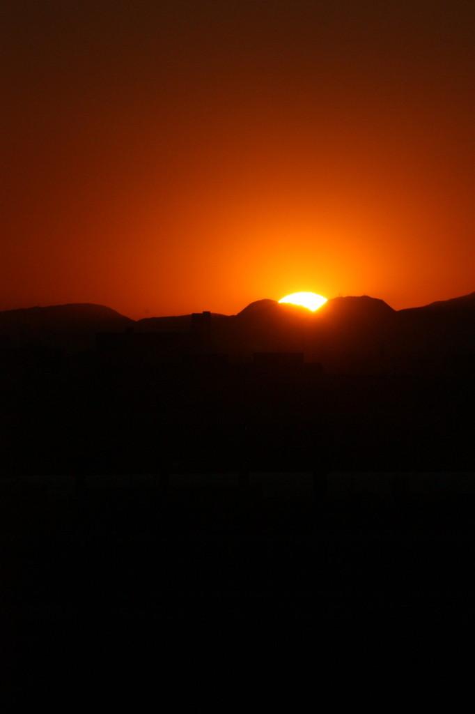 羽田空港ターミナルから見る日没