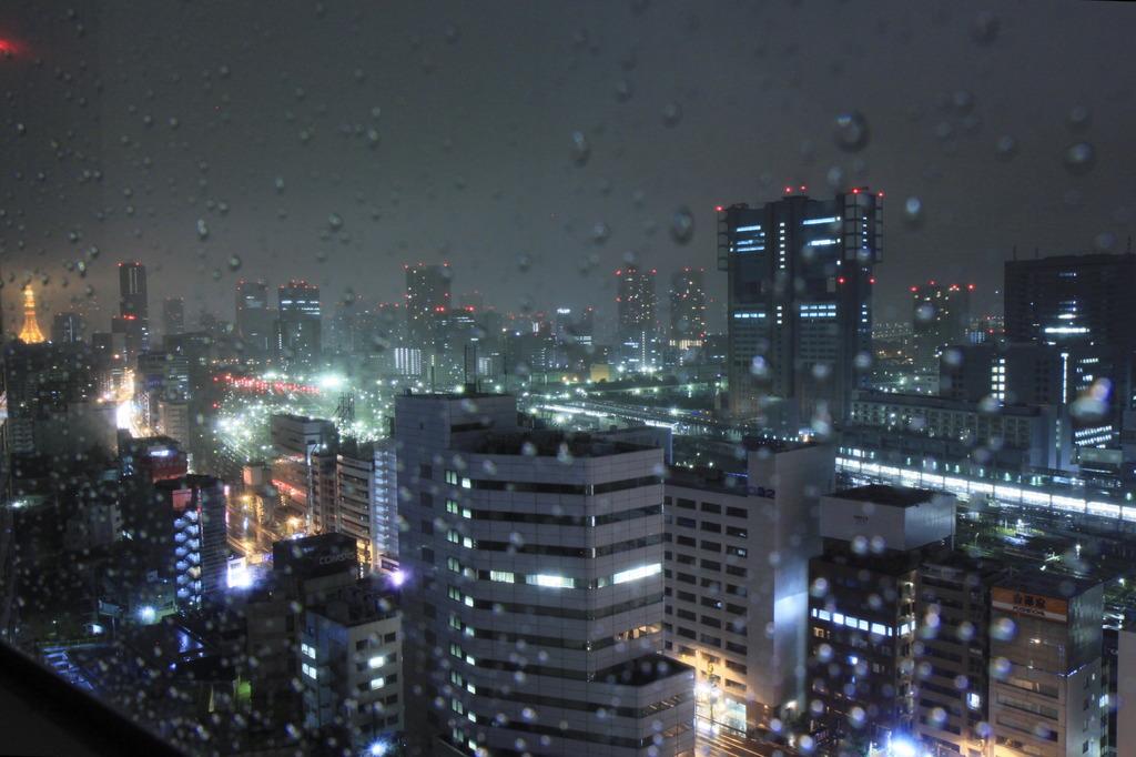 任務完了の夜、雨・・・