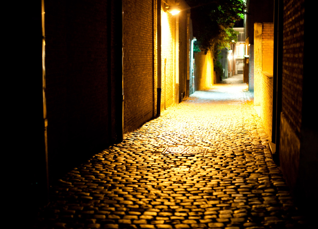 オレンジに染まる路地の夜