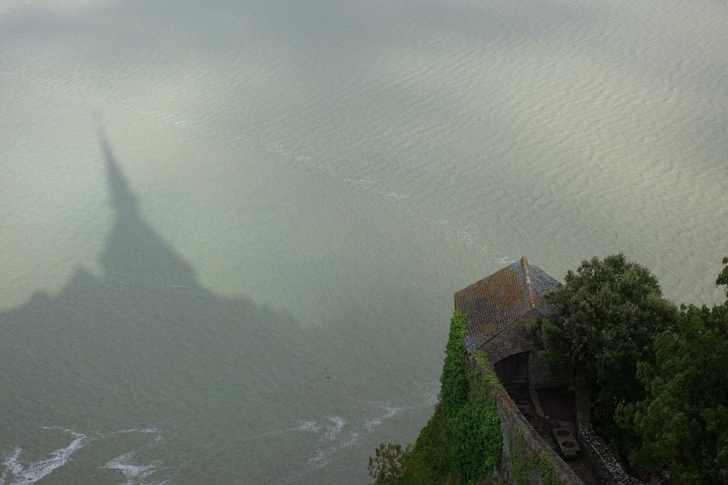 湾を見守る尖塔