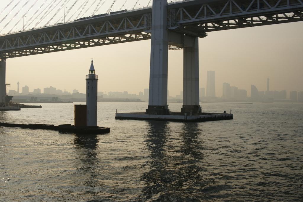 春もやの横浜港