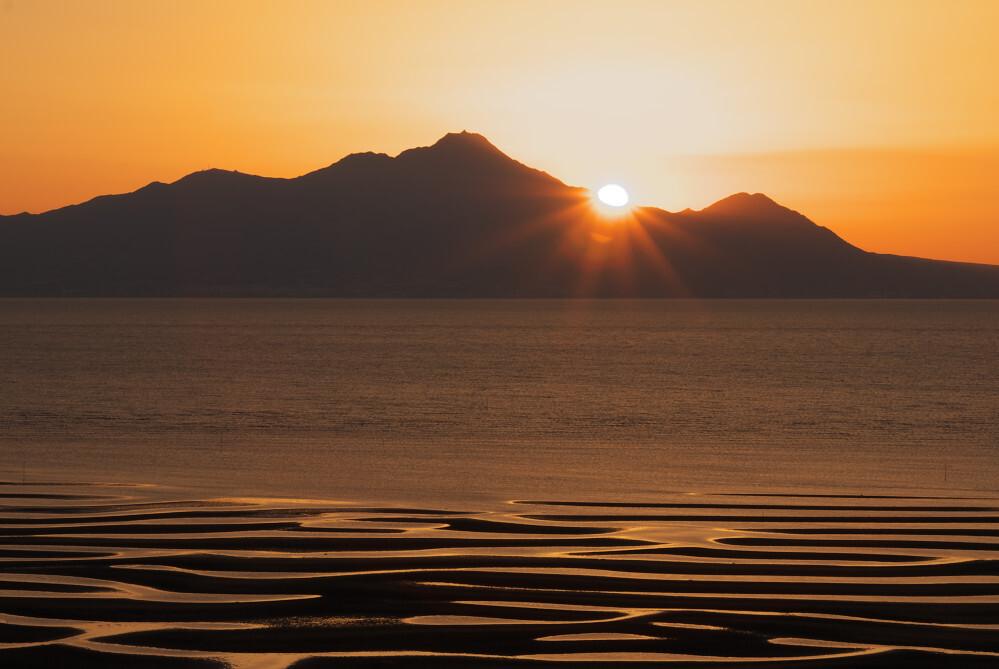 有明海に浮かぶ普賢岳の夕日