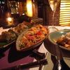 左から、「肉春巻き」、「フルーツ和えサラダ」、「アジア風ビーフシチュー」