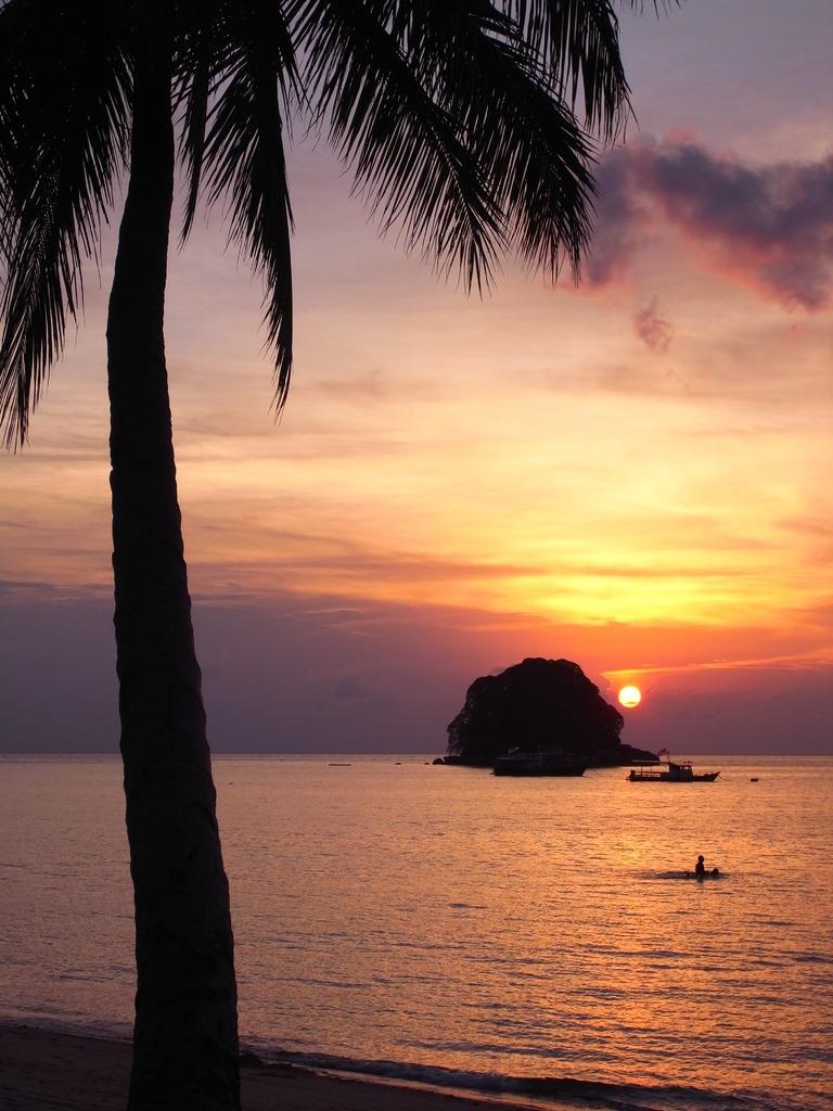 静かな海に沈む夕日