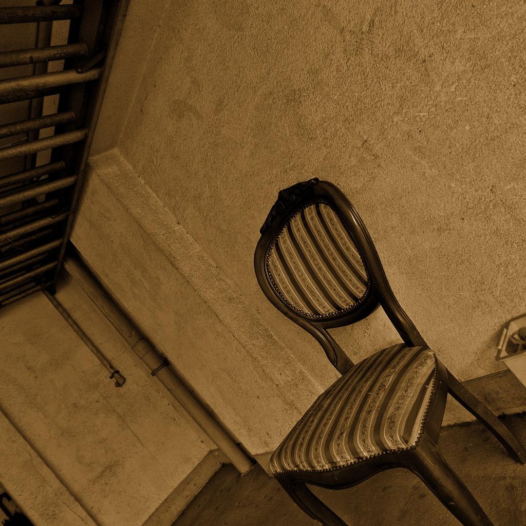 殺風景な椅子