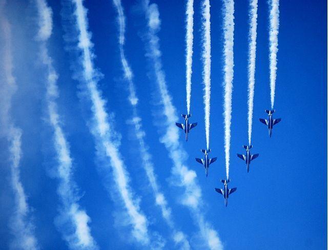 空を翔る『ブルーインパルス』