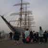帆船と園児