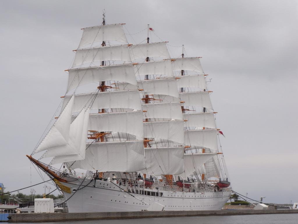 海の貴婦人 海王丸 総帆展帆ですが曇り空が残念