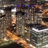 夜の横浜を見下ろす