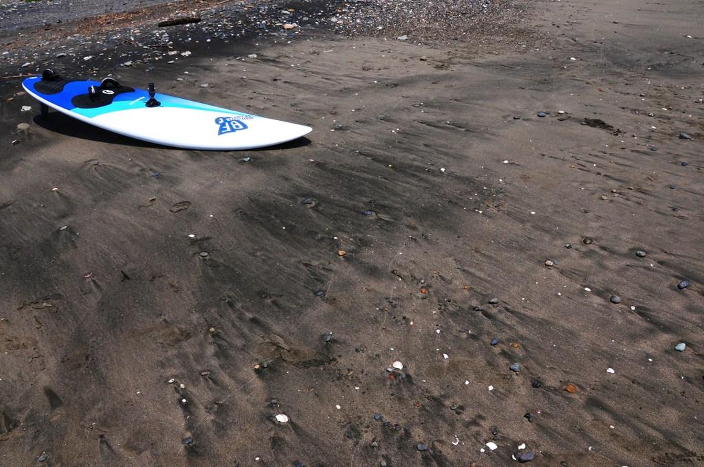 砂浜のウインドサーフィン