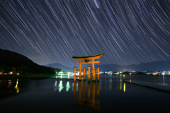 厳島神社大鳥居に降る星々