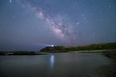 灯台のある入り江と星空