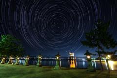 厳島神社大鳥居と北天の星空