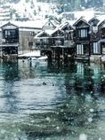 舟屋に雪が降る