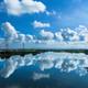 流れに映す空と雲