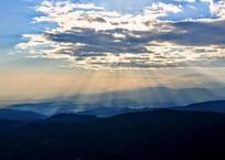 山里に光芒降り注ぐ
