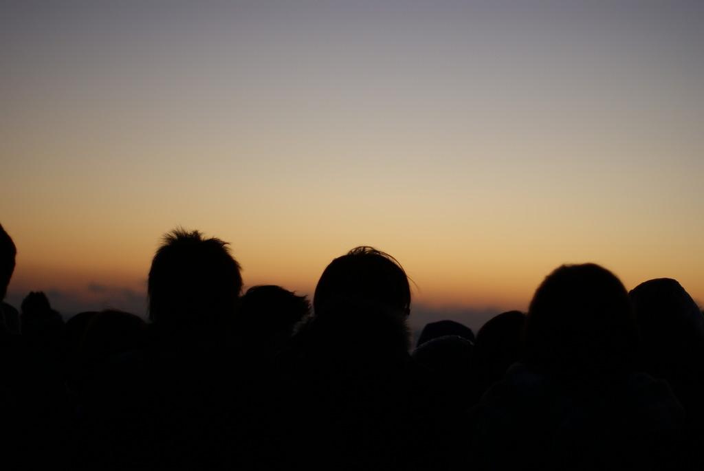 日の出を待つ人で…