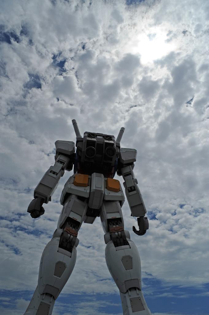 雲空の下、立つ