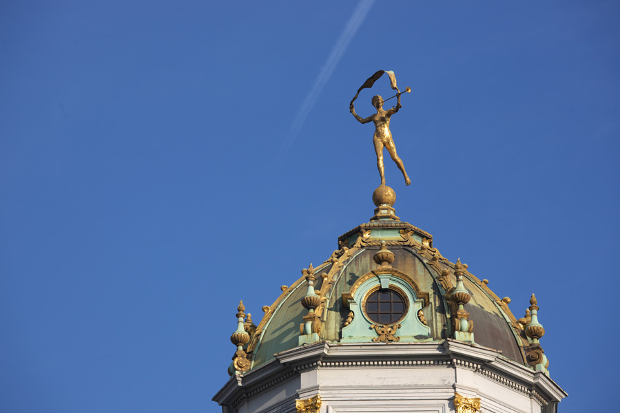 空を翔る黄金の像
