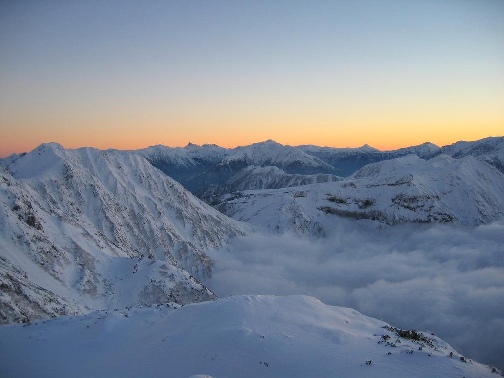 雪山の夕暮れ