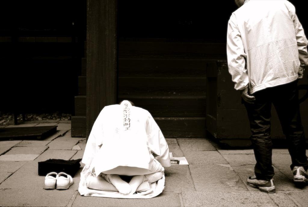祈る人、覗く人
