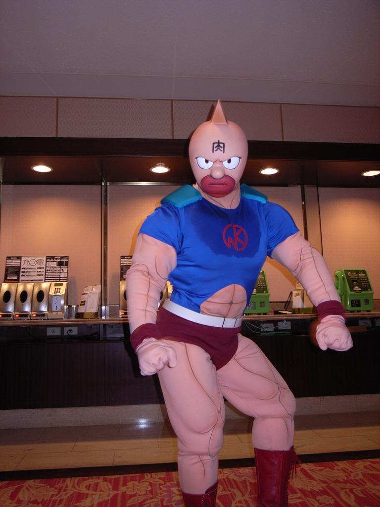 筋肉マン ホテルロビーにて