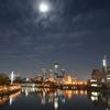 ビル街の月