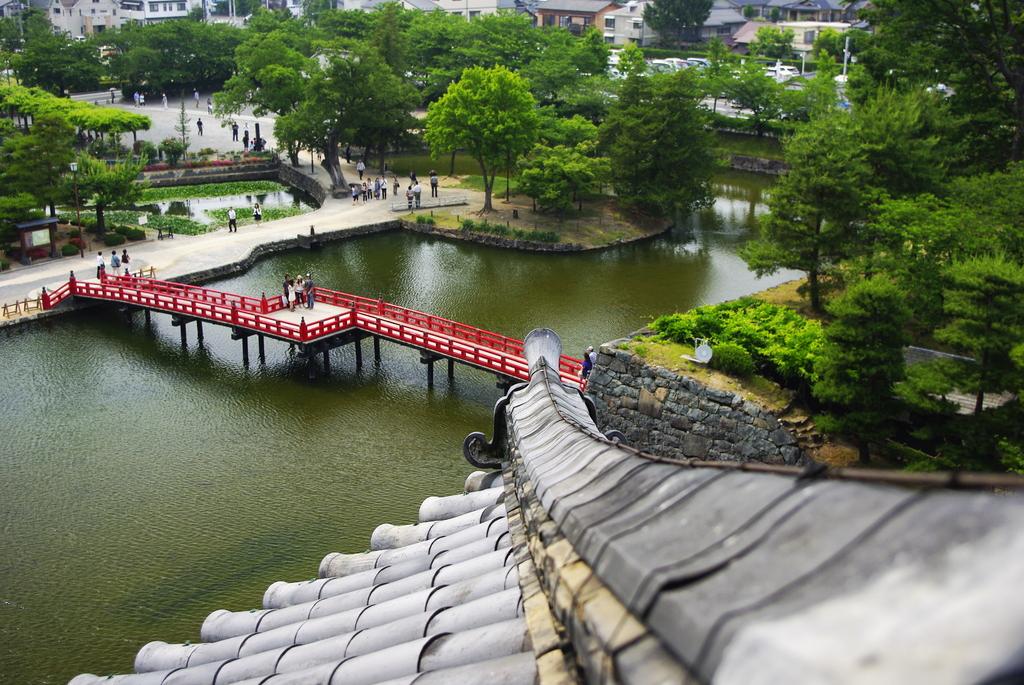 松本城 隅棟から濠を臨む
