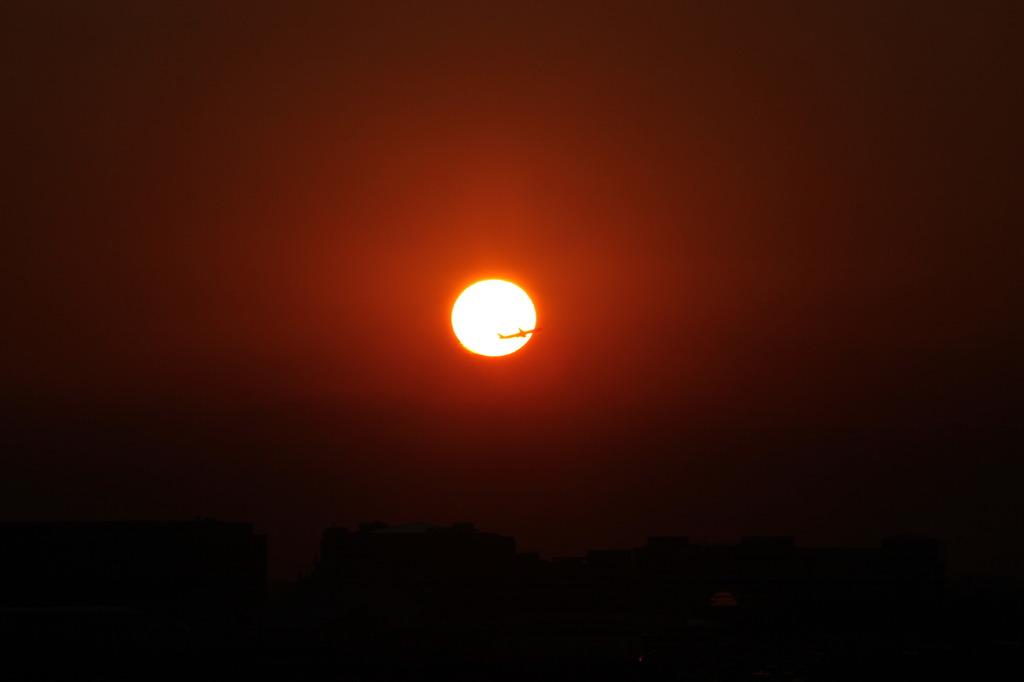 太陽を横切る2