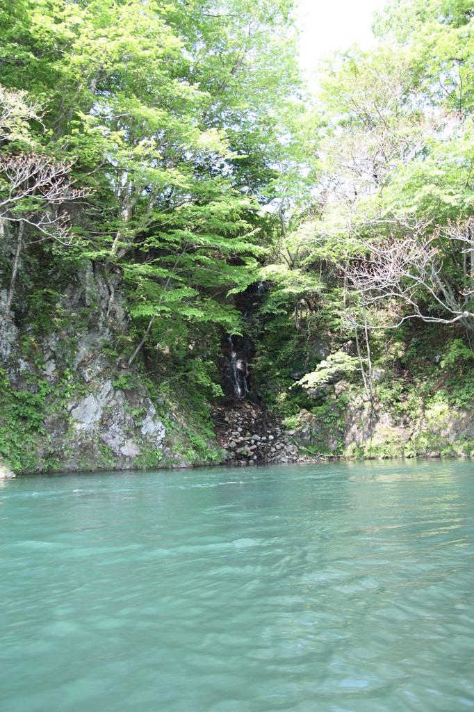 鬼怒川の小さな滝