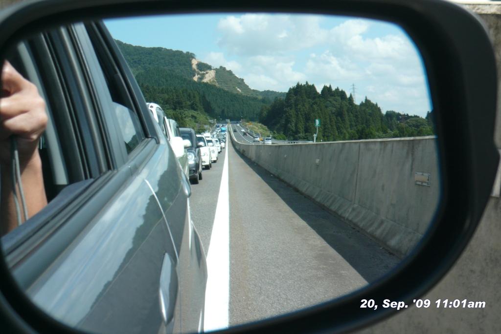 阿賀PA近くでサイドミラーに映る後続渋滞