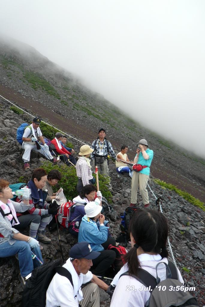 富士山アタック黒鳥隊。いっぷく、ここで富士さんが赤いのに気づく。7合目~8合目。