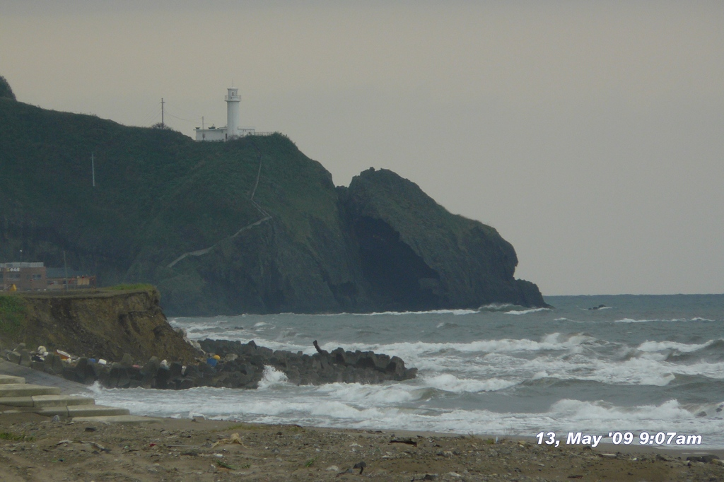 090513-090757  巻漁港からの角田ライトハウス。手前海岸線崩壊中。