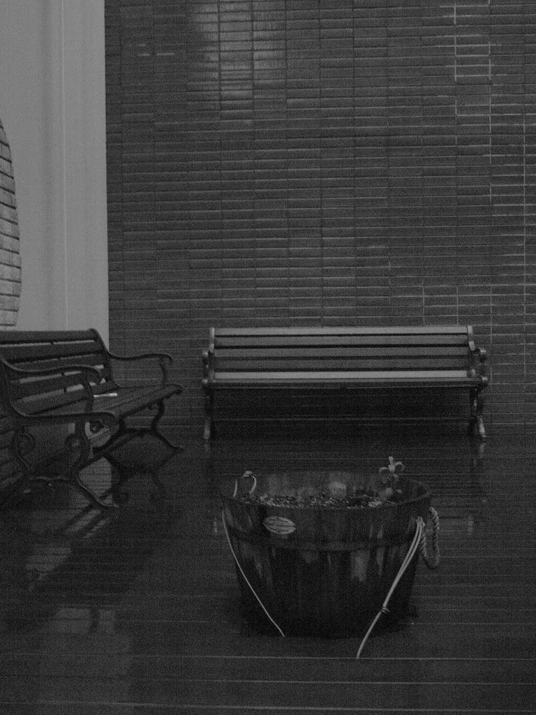 雨とベンチとモノクロ