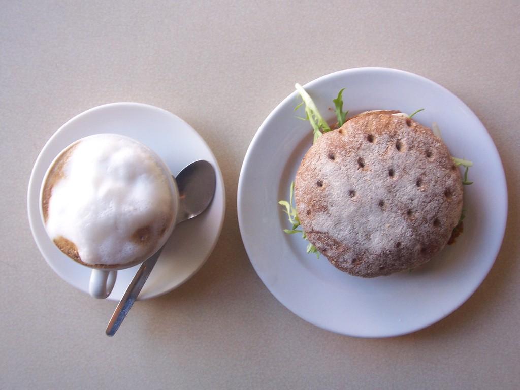 カプチーノと固パン