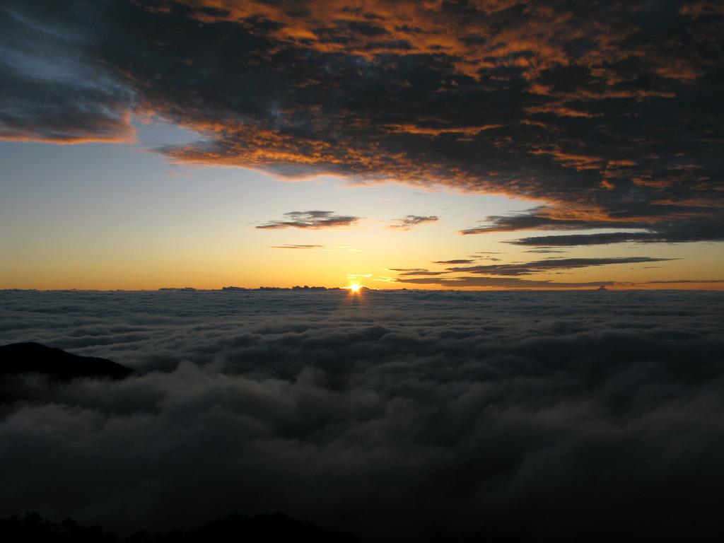 北アルプス燕岳山頂から見る日の出②