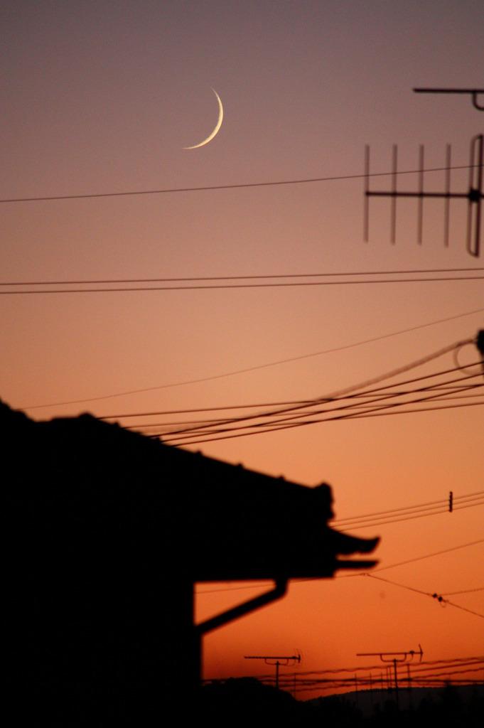夕焼けと月と