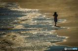 波打ち際のカメラ女子
