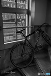 レトロなビルのモダンな自転車